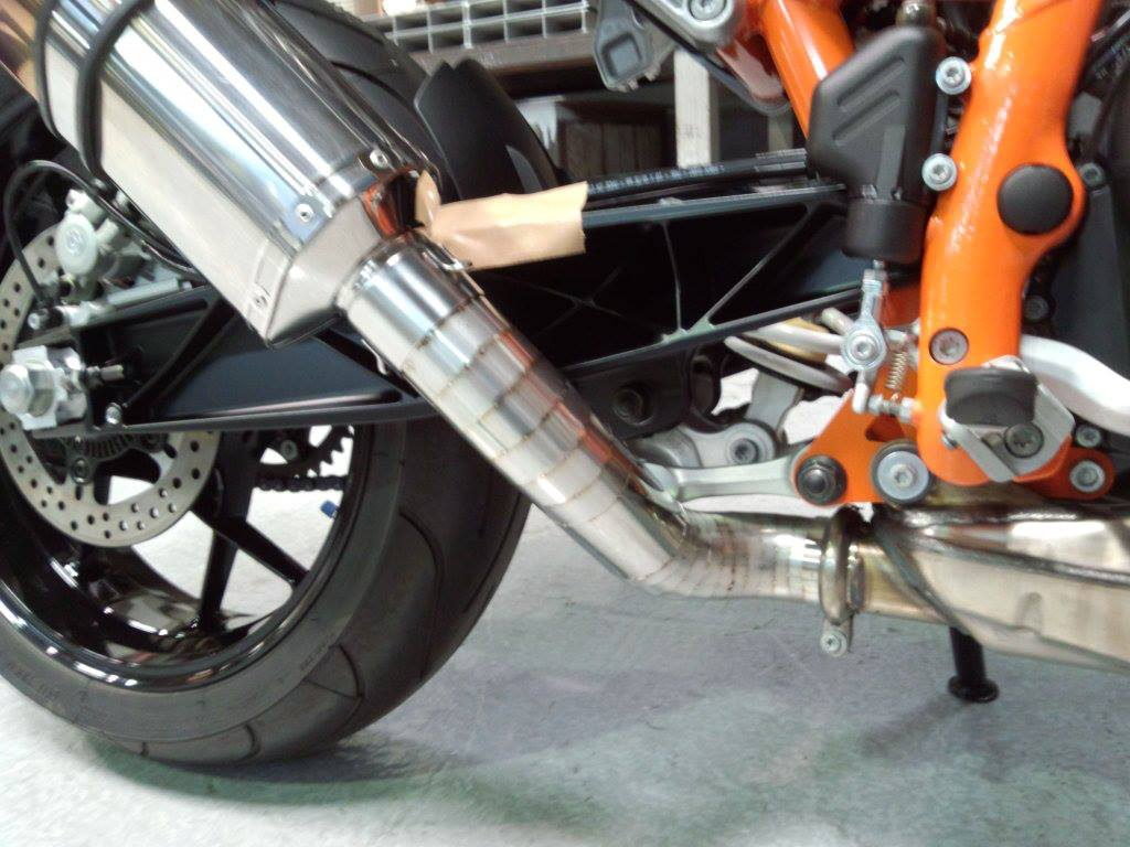 バイクのマフラーも展開しました。